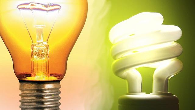 vláknová žárovka a kompaktní zářivka