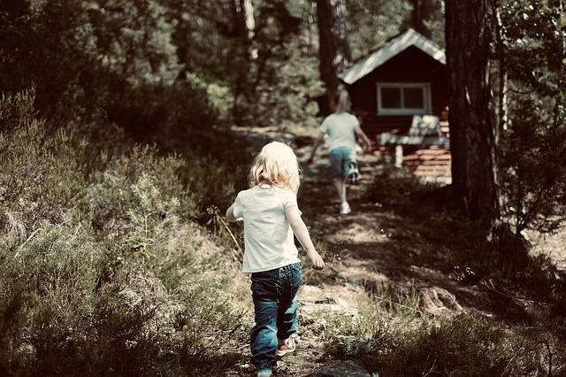 děti běží lesem