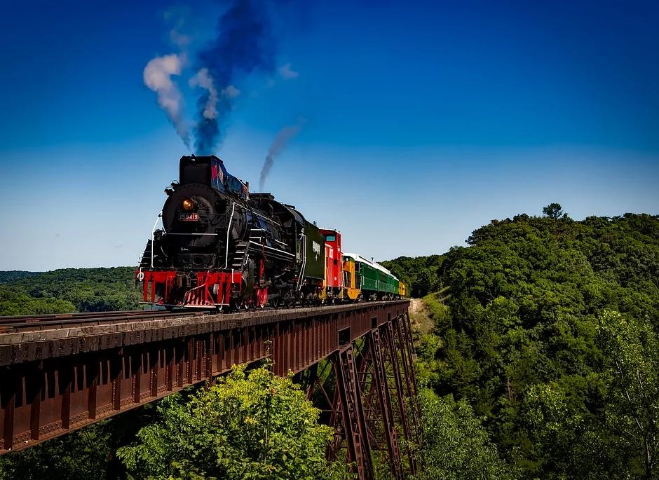 vlak na viaduktu